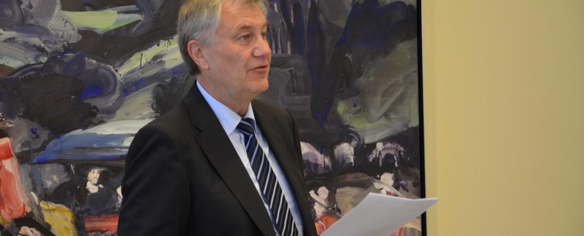 Karl A. Krimphove während des Stiftungsaktes