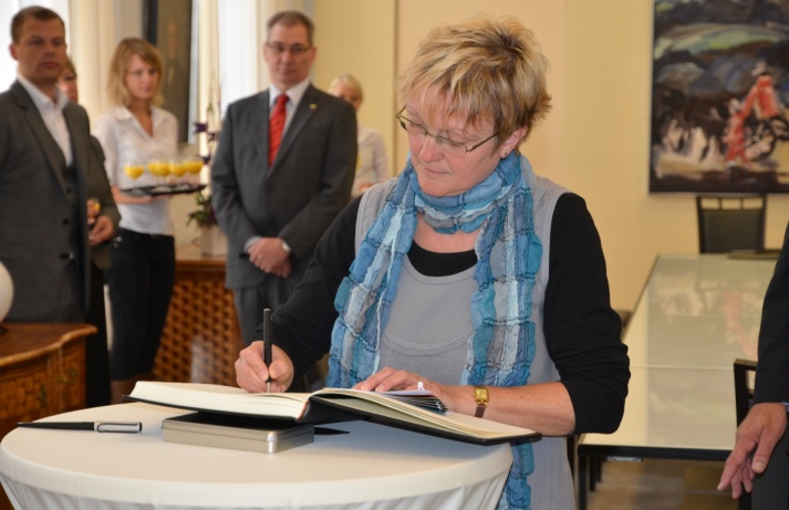 Frau Brigitte Schulz-Wiesner (Vorstand der RESI Stiftung) trägt sich in das Stiftungsbuch ein.