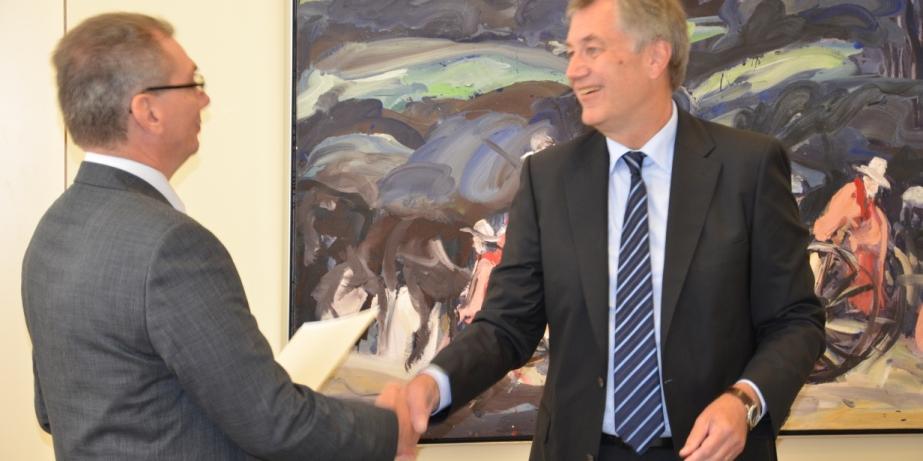 Der ehemalige Vorstandsvorsitzende der RESI Stiftung, Herr Karl A. Krimphove empfängt vom Regierungspräsident Professor Dr. Reinhard Klemke die Stiftungsurkunde